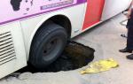시내버스 `싱크홀`에 바퀴빠져..깊이 1m