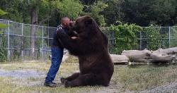 사육사를 아빠로 여기는 거대 불곰, 심지어 뽀뽀 등 애정표현도