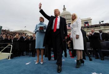 오로지 미국 우선..왕관 쓴 트럼프는 더 노골적이었다