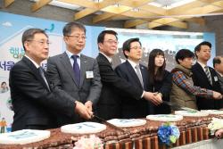 [포토]황교안 권한대행, 가좌지구 청년 행복주택 입주행사 참석