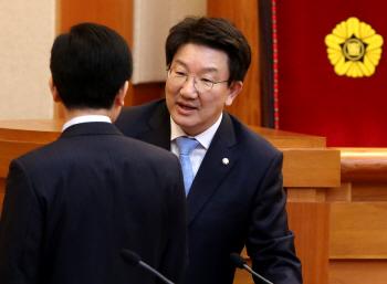 이야기 나누는 권성동 탄핵소추위원장-청구인 변호인단