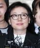 '뿔테 안경에 검은 정장' 신격호 셋째부인 서미경 법정 출석
