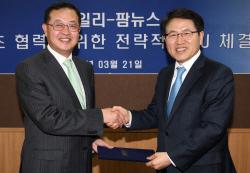 [포토]악수하는 김형철 이데일리 대표-이춘엽 팜뉴스 대표