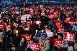 내려간 朴·떠오른 세월호…다시 광장 밝힌 촛불