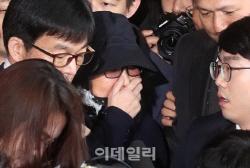 최순실, 법정서 비서 보고 '눈물 펑펑'…'미안하다'