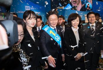 취재진에 둘러싸인 유승민 바른정당 대선 후보 가족들