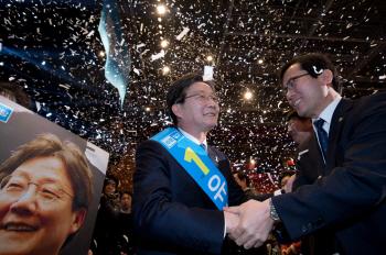 지지자와 인사하는 유승민 바른정당 대선 후보