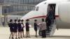 [포토] 北고려항공 승무원, 단둥發 전세기에서 내린 중국인들 맞이