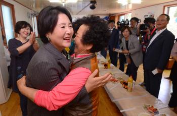 김정숙 여사, 눈물펑펑…軍 의문사 다룬 연극 '남몰래' 관람