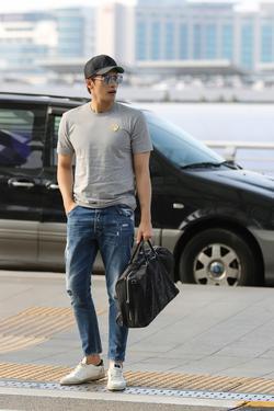 [패션in 공항] 성훈, 위켄더 백으로 완성한 '멋..