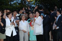 [포토] 시민들과 열린 청와대 앞길 찾은 김정숙 여사