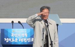 文대통령 앞 수줍은 '마 형사'와 돌아온 '수사반장'