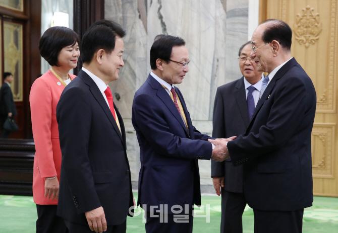 """""""평화 걸림돌, 3당 대표 탄핵""""… 면담 논란에 靑청원 5만 육박"""