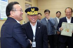[포토]정부서울청사 방호관 격려하는 김부겸 장관