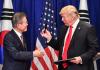트럼프, FTA 개정협정 서명 후 文대통령에 만년필 선물...'네임펜' 알고있나