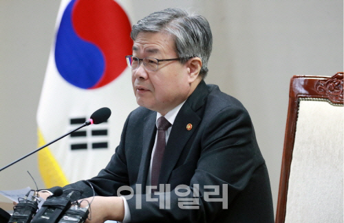 """이재갑 장관 """"최저임금 산정시 주휴시간 포함하는 게 맞아"""""""