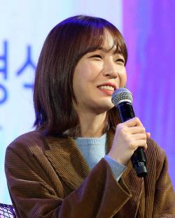 "[W페스타]김이나 작사가 ""'19금' 노래 부르는 女가수도 OK…건강한 변화"""