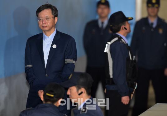 우병우 '10억 받고 檢 수사무마 혐의'로 또 서울중앙지검행