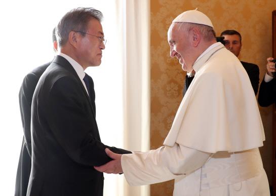 """文대통령 """"김정은 교황께 감사 인사""""…교황 """"나는 갈 수 있다"""""""