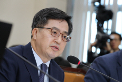 """[2018국감]김동연 """"가상통화 ICO, 전향적 검토"""""""
