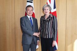 교황 방북 이끈 文대통령, 메이 英 총리 만나 비핵화 협조 당부