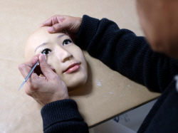 [포토] 초현실 3D 마스크 제작 '한땀 한땀'