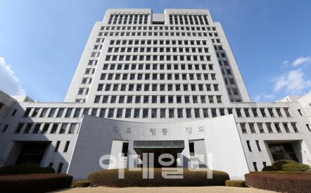 """재판중이던 사업가에 수백만원 향응 前판사…대법 """"대가없어 무죄"""""""