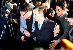 [포토]피의자 신분으로 검찰 소환되는 박병대 前 대법관
