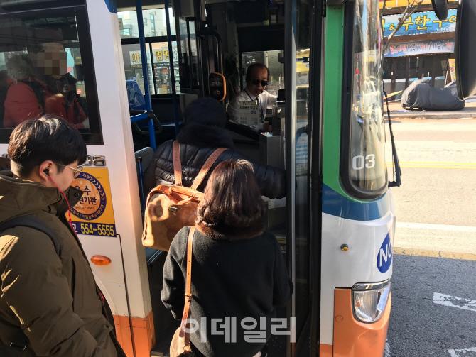 """""""안녕하세요"""" 안하면 120만원…천안시 버스기사에 인사강요 논란"""