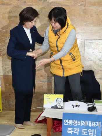 나경원, 선거제 개혁 단식 농성장 방문