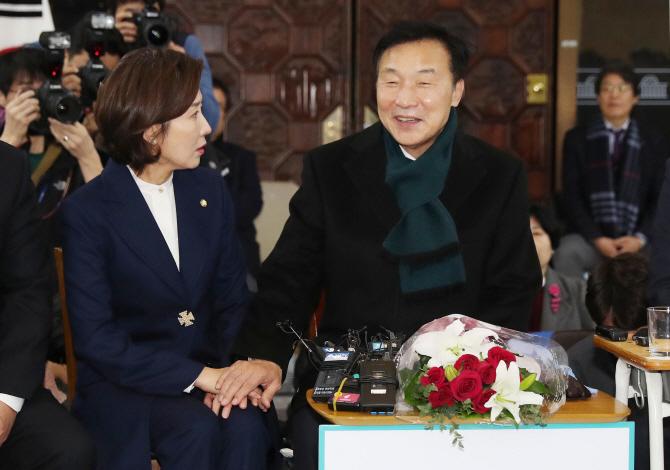 '단식 일주일' 손학규, 민주당 태세 바꿨지만 꼬여가는 실타래