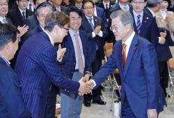 文대통령, 지역경제투어 경남 창원 방문…중소제조업 혁신방안 논의