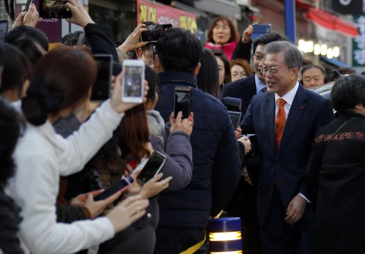 """文대통령·김경수 지사 창동예술촌 등장에 시민들 """"대박"""" 환호·박수"""