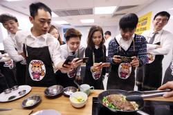 [포토] 한우 요리 사진찍는 홍콩바이어들