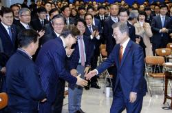 [포토] 윤부근 삼성전자 부회장과 인사하는 문대통령