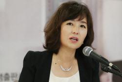 """공지영, 이재명 고소 취하한 김부선에 """"걱정했다..살아계셔서 다행"""""""