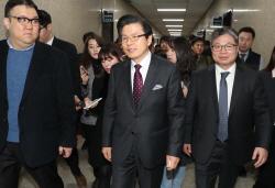 [포토]취재진 질문받으며 이동하는 황교안 전 총리