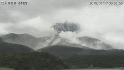 일본 가고시마 인근 화산 폭발… 500m까지 치솟은 연기