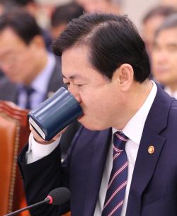 '최장수 해수부장관' 앞두고 속타는 김영춘