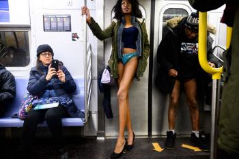 '노팬츠' 지하철 타기
