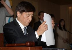 [포토]자료 정리하는 이주열 한은 총재