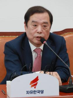 [포토]질문에 답하는 김병준 비대위원장