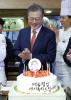 생일에도 현장행보 文대통령에 시민들 깜짝 케이크 선물