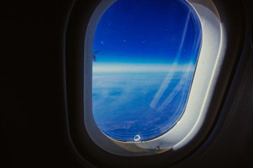 비행기 창문에 뚫린 구멍의 큰 역할