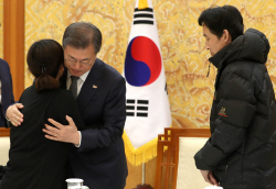 """김용균 유가족 만난 文 """"공공기관 평가에 생명·안전 제1기준 되게 할 것"""""""