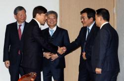 [포토]경제동향간담회, 악수하는 이주열 총재