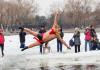'이 정도 추위쯤이야!' 얼음 호수로 뛰어드는 中 남성