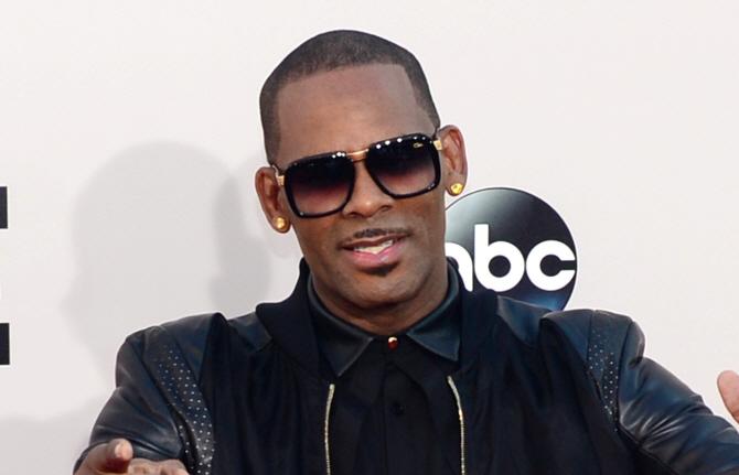 'R&B 스타' 알켈리, 최소 10개 성범죄 혐의로 기소