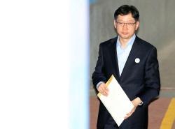 [포토]서류봉투 들고 항소심 향하는 김경수 경남지사