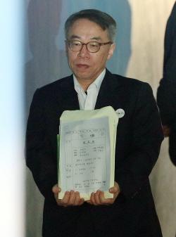 [포토]호송차에서 내려 법정 향하는 임종헌 전 법원행정처 차장